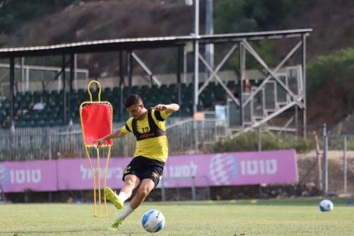 לירן רוטמן בבעיטה בכדור
