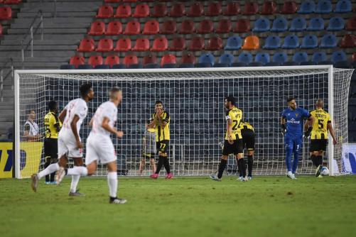 שחקני שתי הקבוצות מול השער