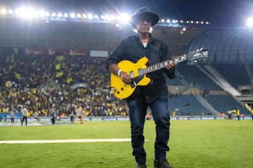יהודה קיסר מנגן בגיטרה