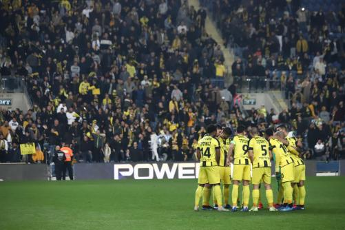 שחקני הקבוצה מתחבקים