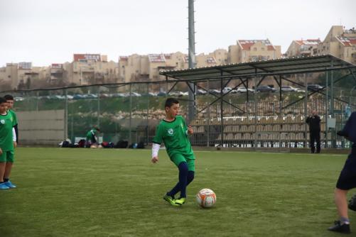 ילד בועט בכדור