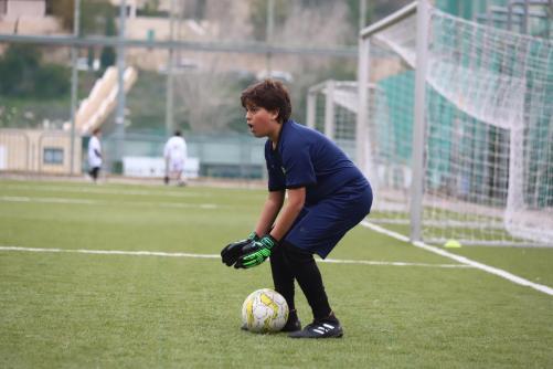 ילד תופס את הכדור