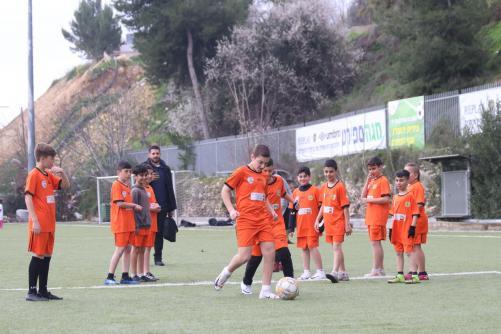 ילדי הטורניר משחקים כדורגל