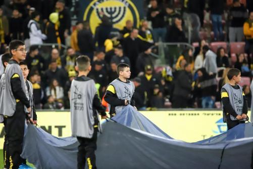 ילדים מחזיקים את דגל הליגה